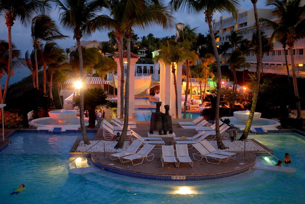 El conquistador pools by night